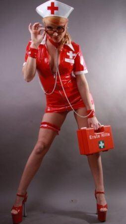 Striptänzerin als Krankenschwester
